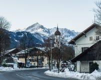 Ciudad de Garmisch-Partenkirchen en las montañas bávaras en Alemania Foto de archivo