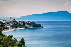 Ciudad de Gradac en Makarska Riviera e isla Brac en fondo Imagen de archivo libre de regalías