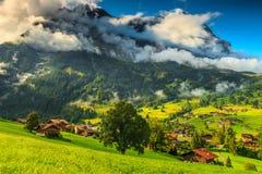 Ciudad de Grindelwald y montañas famosas de Eiger, Bernese Oberland, Suiza, Europa Fotos de archivo libres de regalías