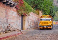 Ciudad de Guatemala, Guatemala, abril, 25, 2018: A vista exterior do ônibus do amarelo do erudito estacionou fora da construção v Imagens de Stock Royalty Free