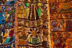 Ciudad DE Guatemala, Guatemala, 25 April, 2018: Typische helder gekleurde handwoven Guatemalaanse textiel voor verkoop langs Stock Foto's