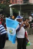 CIUDAD DE GUATEMALA, GUATEMALA - vendedor de la bandera fotos de archivo