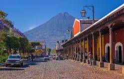 Ciudad de Gwatemala, Gwatemala, Kwiecień, 25, 2018: Drylująca apvement ulica, ludzie i Obrazy Royalty Free