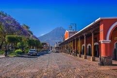 Ciudad de Gwatemala, Gwatemala, Kwiecień, 25, 2018: Drylująca apvement ulica, ludzie i Zdjęcia Stock