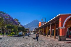 Ciudad de Gwatemala, Gwatemala, Kwiecień, 25, 2018: Drylująca apvement ulica, ludzie i Fotografia Stock