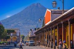 Ciudad de Gwatemala, Gwatemala, Kwiecień, 25, 2018: Drylująca apvement ulica, ludzie i Zdjęcie Stock