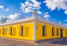 Ciudad de Gwatemala, Gwatemala, Kwiecień, 25, 2018: Plenerowy widok narożnikowa perspektywa jaskrawy żółty kolonisty dom Obrazy Stock