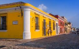 Ciudad de Gwatemala, Gwatemala, Kwiecień, 25, 2018: Plenerowy widok narożnikowa perspektywa jaskrawy żółty kolonisty dom Fotografia Stock