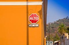 Ciudad de Gwatemala, Gwatemala, Kwiecień, 25, 2018: Plenerowy widok narożnikowa perspektywa jaskrawy pomarańczowy kolonisty dom Fotografia Stock