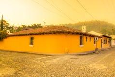 Ciudad de Gwatemala, Gwatemala, Kwiecień, 25, 2018: Widok narożnikowa perspektywa jaskrawy żółty kolonisty dom z Fotografia Stock