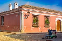 Ciudad de Gwatemala, Gwatemala, Kwiecień, 25, 2018: Widok narożnikowa perspektywa jaskrawy różowy kolonisty dom w a Obrazy Royalty Free