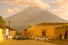 Ciudad de Gwatemala, Gwatemala, Kwiecień, 25, 2018: Widok Antigua miasto z niektóre samochodami, czeka nad stonowanym brukiem Fotografia Royalty Free