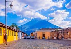 Ciudad de Gwatemala, Gwatemala, Kwiecień, 25, 2018: Widok Antigua miasto z niektóre samochodami, czeka nad stonowanym brukiem Zdjęcia Royalty Free