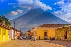Ciudad de Gwatemala, Gwatemala, Kwiecień, 25, 2018: Widok Antigua miasto z niektóre samochodami, czeka nad stonowanym brukiem Zdjęcie Royalty Free
