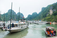 Ciudad de Halong, Vietnam 13 de marzo:: embarcadero en la bahía de Halong el 13 de marzo, 20 Imagen de archivo libre de regalías