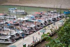Ciudad de Halong, Vietnam 13 de marzo:: embarcadero en la bahía de Halong el 13 de marzo, 20 Fotos de archivo libres de regalías