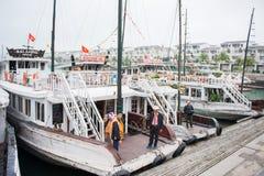Ciudad de Halong, Vietnam 13 de marzo:: embarcadero en la bahía de Halong el 13 de marzo, 20 Fotos de archivo