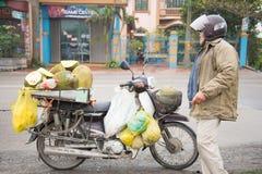 Ciudad de Halong, Vietnam 13 de marzo:: tienda de alimentos móvil de la fruta en motorcyc Fotos de archivo libres de regalías