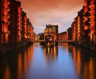 Ciudad de Hamburgo del palacio de los almacenes en la noche Imágenes de archivo libres de regalías