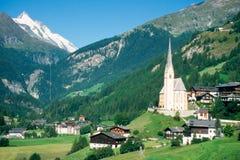 Ciudad de Heiligenblut y de Grossglockner en Austria Foto de archivo libre de regalías