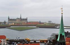 Ciudad de Helsingor y castillo de Kronborg, Dinamarca fotografía de archivo