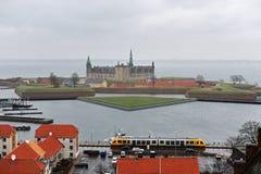 Ciudad de Helsingor y castillo de Kronborg, Dinamarca fotos de archivo