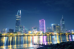 Ciudad de Ho Chi Minh en la noche Podemos ver la torre de Bitexco de aquí Imagen de archivo libre de regalías