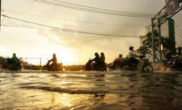 Ciudad de Ho Chi Minh, marea de inundación, puesta del sol imagen de archivo