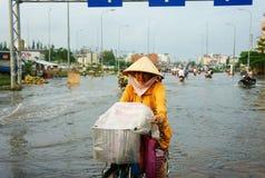 Ciudad de Ho Chi Minh, marea del lood, agua inundada imagenes de archivo