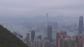 Ciudad de Hong Kong, China - mayo de 2019: Edificio y rascacielos modernos en la opini?n grande de la ciudad del pico de Victoria almacen de video