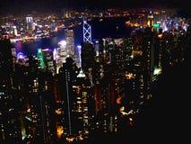 Ciudad de Hong Kong en la noche, horizonte desde arriba del pico imagenes de archivo
