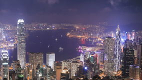 Ciudad de Hong Kong en la noche, visión desde el pico almacen de metraje de vídeo