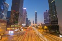 Ciudad de Hong Kong y tráfico de la calle en la noche Imagen de archivo
