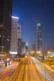 Ciudad de Hong Kong y tráfico de la calle en la noche Foto de archivo