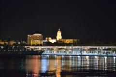 Ciudad de IIlluminated de Málaga por noche en Andalucía, España imagen de archivo