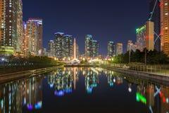 Ciudad de Inchon de la reflexión en la noche Imagenes de archivo