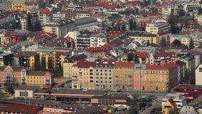 Ciudad de Innsbruck del austriaco, tráfico activo, arquitectura hermosa almacen de video