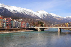Ciudad de Innsbruck en mesón del río austria Imagen de archivo