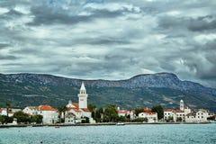 Ciudad de Kastel en la costa adriática Foto de archivo
