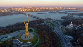 Ciudad de Kiev - el capital de Ucrania Kyiv Patria de la madre almacen de metraje de vídeo