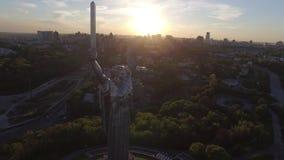 Ciudad de Kiev - el capital de Ucrania Patria de la madre Silueta del hombre de negocios Cowering metrajes