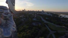 Ciudad de Kiev - el capital de Ucrania Patria de la madre Silueta del hombre de negocios Cowering almacen de video
