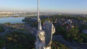 Ciudad de Kiev - el capital de Ucrania Patria de la madre Silueta del hombre de negocios Cowering almacen de metraje de vídeo