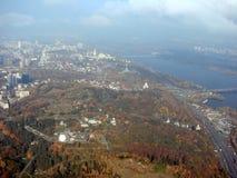 Ciudad de Kiev ucrania Un panorama de ?reas residenciales y de parques de la ciudad, y el r?o de Dnipro de la ventana del avi?n fotos de archivo