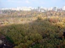 Ciudad de Kiev ucrania Un panorama de ?reas residenciales y de parques de la ciudad, y el r?o de Dnipro de la ventana del avi?n fotografía de archivo libre de regalías