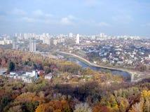 Ciudad de Kiev ucrania Un panorama de ?reas residenciales y de parques de la ciudad, y el r?o de Dnipro de la ventana del avi?n foto de archivo