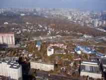 Ciudad de Kiev ucrania Un panorama de ?reas residenciales y de parques de la ciudad, y el r?o de Dnipro de la ventana del avi?n fotos de archivo libres de regalías