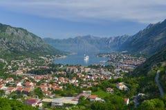 Ciudad de Kotor y la nave en la bahía de Kotor Imagenes de archivo