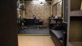 Ciudad de Kovrov, el 18 de febrero, Barber Shop Brit y Brut Resbalador tirado de silla de la peluquería de caballeros metrajes