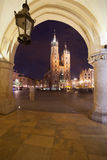 Ciudad de Kraków en Polonia por noche Imagen de archivo libre de regalías
